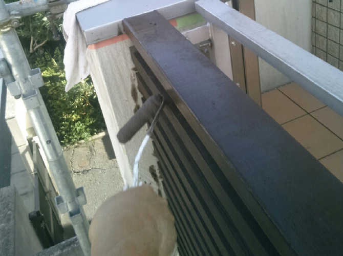 木部の上塗り施工中です。