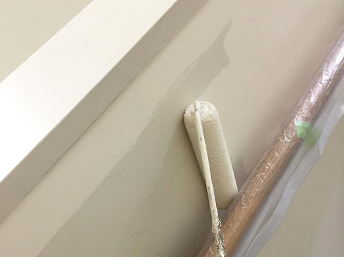 手摺まわりの階段室壁の塗装中のようすです。