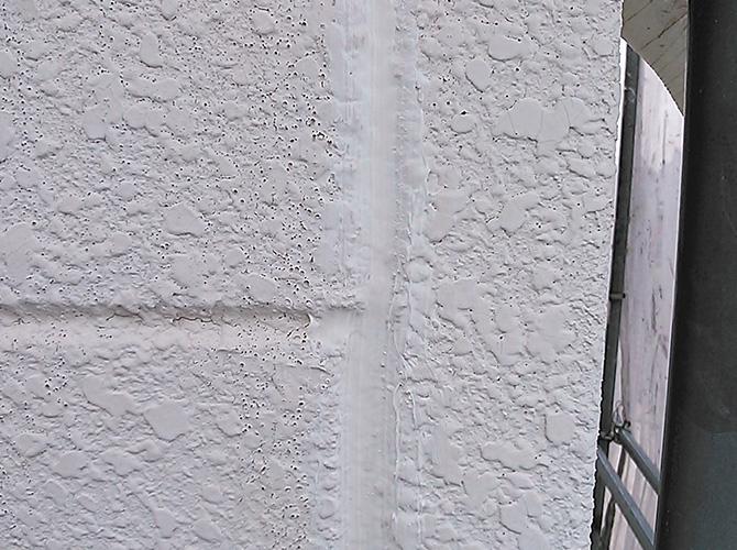 外壁(ALC)の目地部分のシール工事の完了後です。