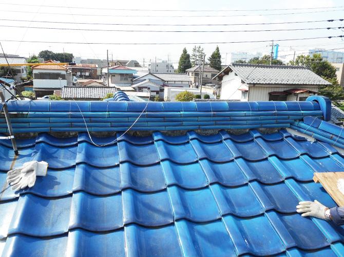 瓦屋根の漆喰補修工事の施工前の状態です。