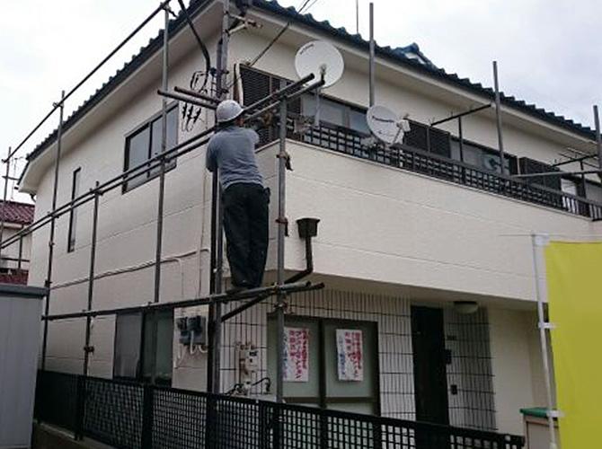 足場の解体、周囲の清掃をして塗装工事の完了となります。