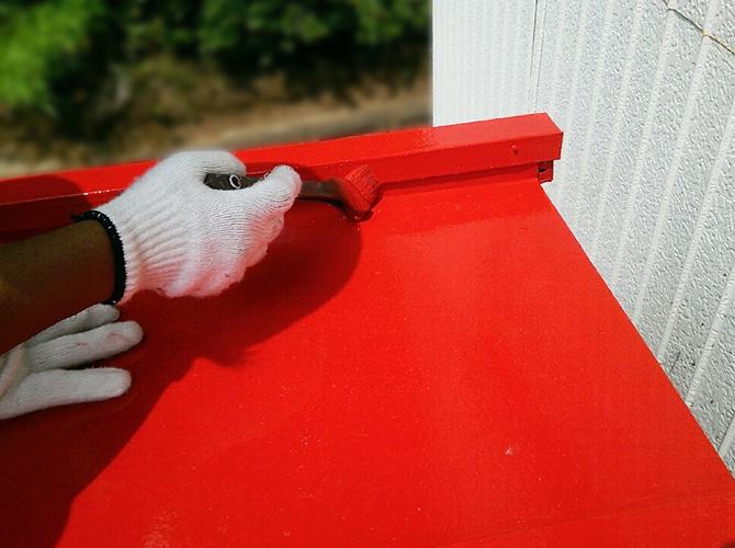 ローラーや刷毛を使ってしっかりと塗装を施工します