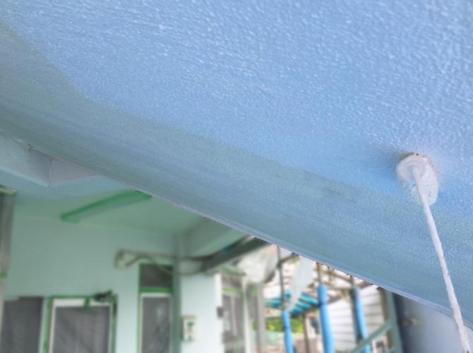 天井部分の塗装工事の施工中です。