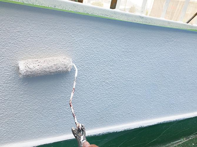 外壁のひび割れや鉄部のサビが出てきたら塗り替えの時期です。