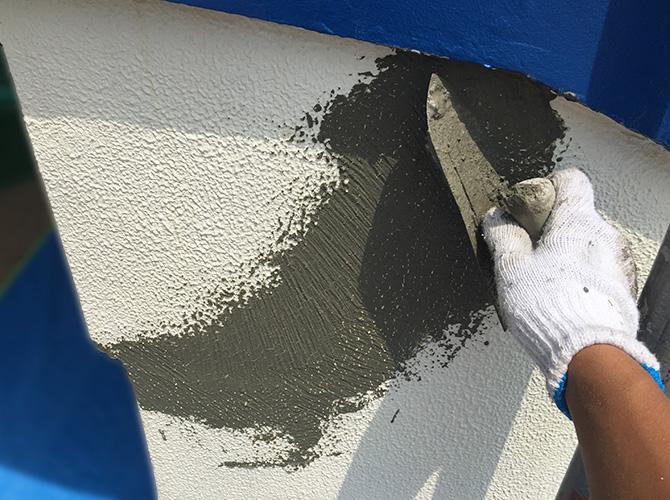 剥離箇所の外壁の補修中です。