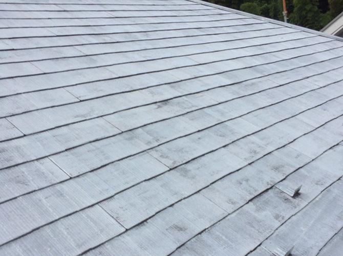 屋根塗装の下塗り完了後のようすです。