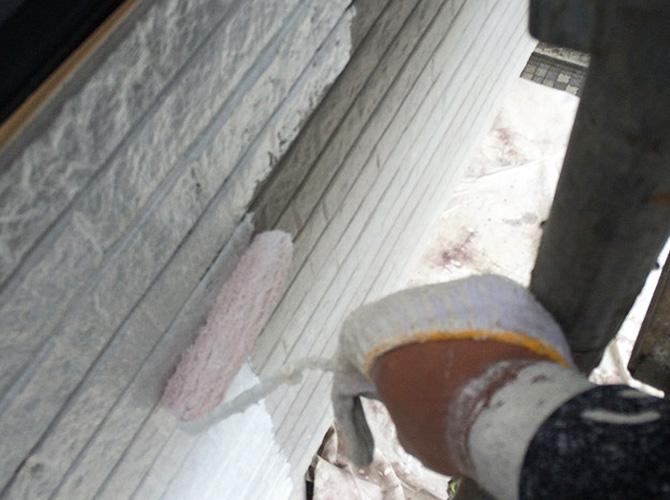 外壁塗り分けの下塗り施工中のようすです。