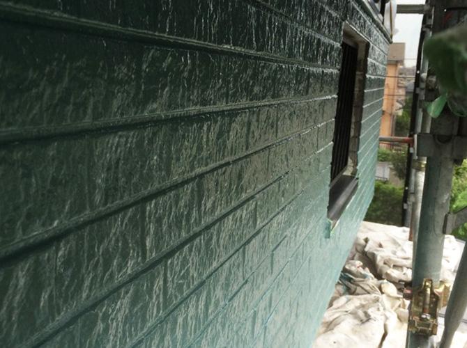 外壁塗り分けの中塗り完了後のようすです。