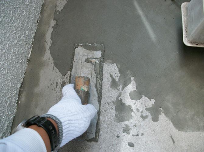 樹脂モルタルで床面の下地調整中のようすです。