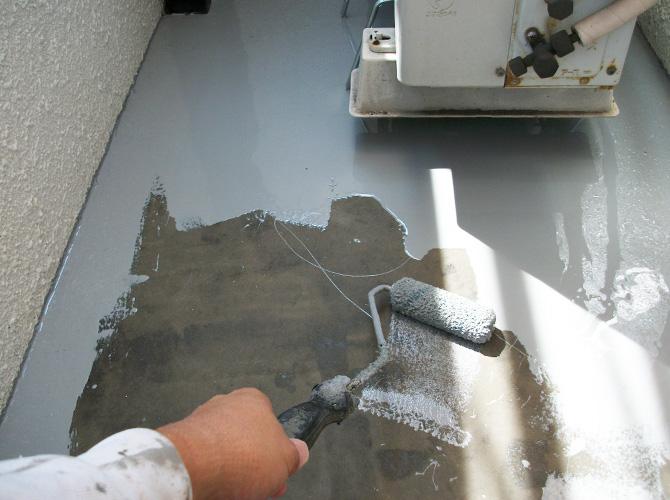 床全体にウレタン防水材を塗布します。