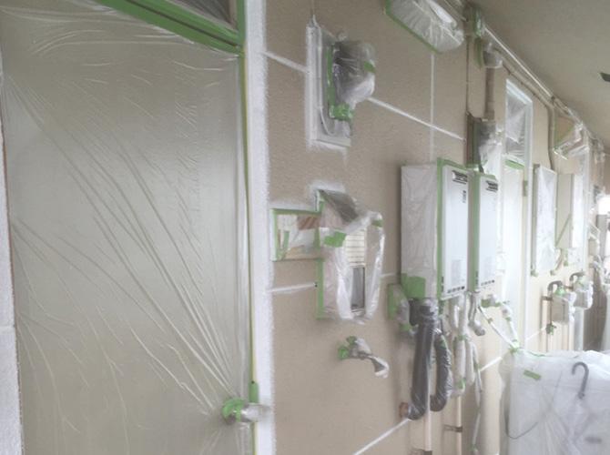 塗装しない箇所を養生して塗装します。