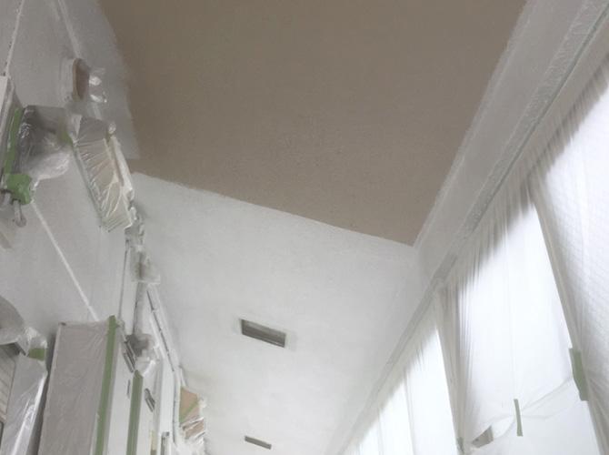 共用廊下天井塗装の下塗り施工中です。
