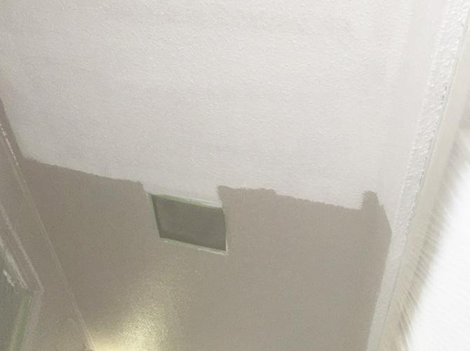共用廊下天井塗装の中塗り施工中のようすです。