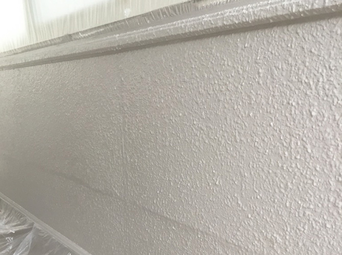 共用廊下の窓側の壁の中塗り施工完了後です。