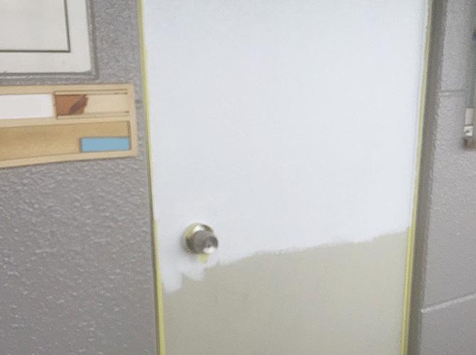 玄関ドアの下塗り塗装後のようすです。