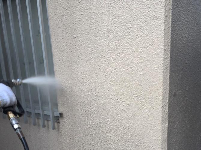 高圧洗浄で外壁の汚れを落としていきます。