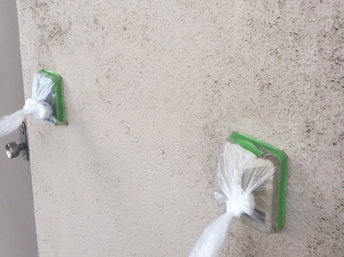 玄関チャイムなどは洗浄前に養生します。