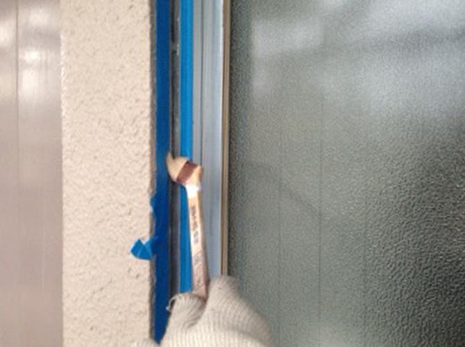 プライマー(接着剤)をシーリング個所に塗ります。