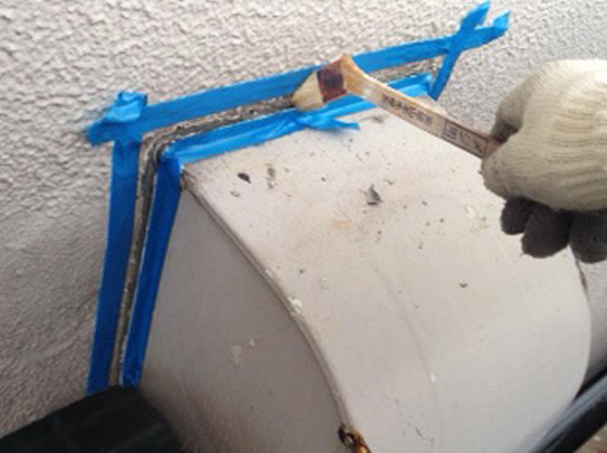 養生の設置後にプライマー(接着剤)を塗布します。
