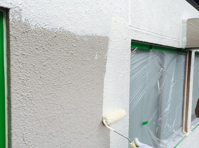 外壁塗装の下塗り施工中のようすです。