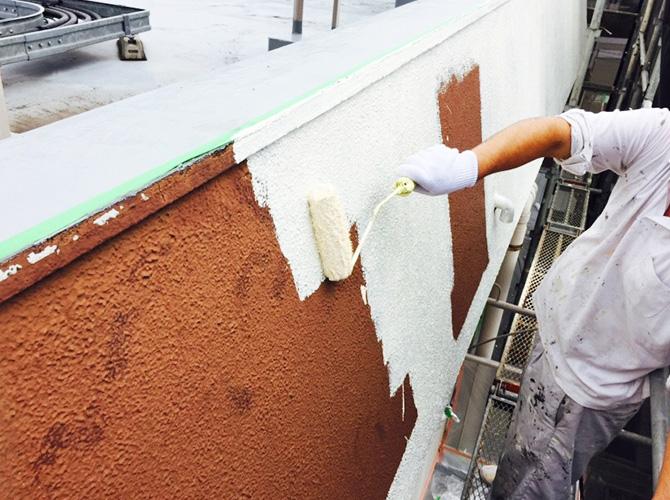 下塗りは中塗りの密着性を高める効果があります。