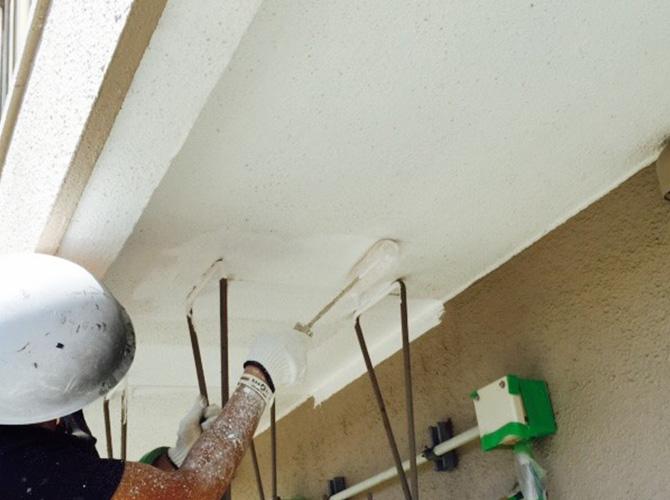 軒天井の上塗り施工中のようすです。
