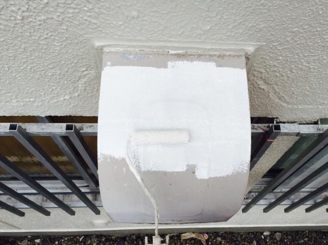 換気フードの錆止め塗装の施工中です。