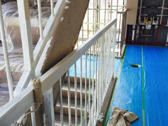 階段室手摺の中塗り施工中のようすです。
