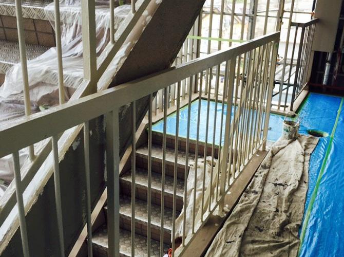 階段室手摺の中塗り完了後のようすです。