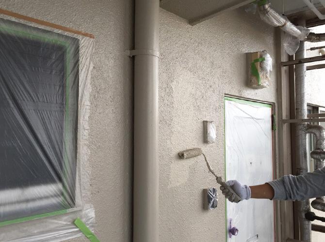 外壁塗装の上塗り施工中のようすです。
