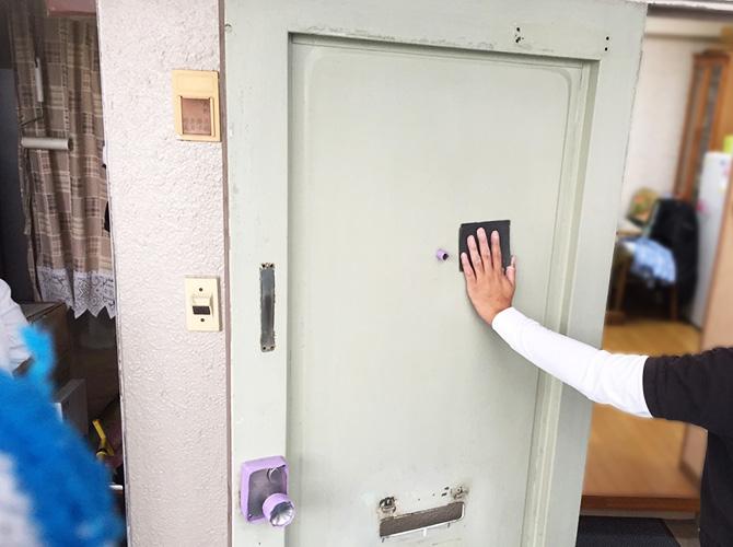 玄関扉の塗装前のケレン清掃施工中です。