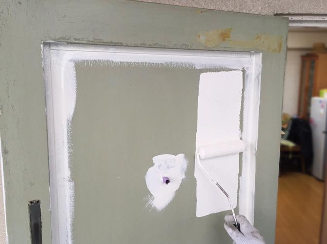 玄関扉の下塗り施工中のようすです。