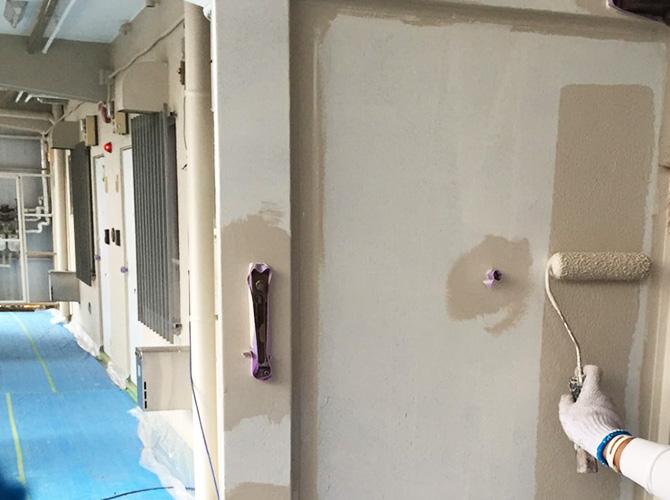 玄関扉の上塗り施工中のようすです。