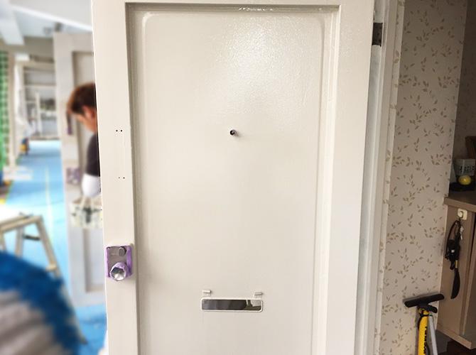 玄関扉の塗装完了後のようすです。