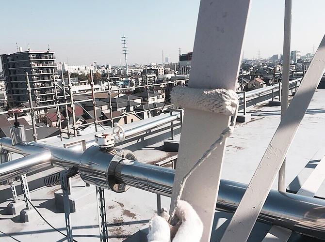 屋上鉄部の上塗り施工中のようすです。