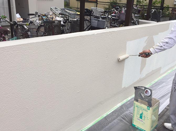 塀塗装の上塗り施工中のようすです。