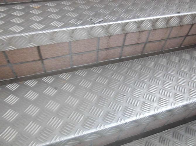 共用階段のシーリング補修前の状態です。