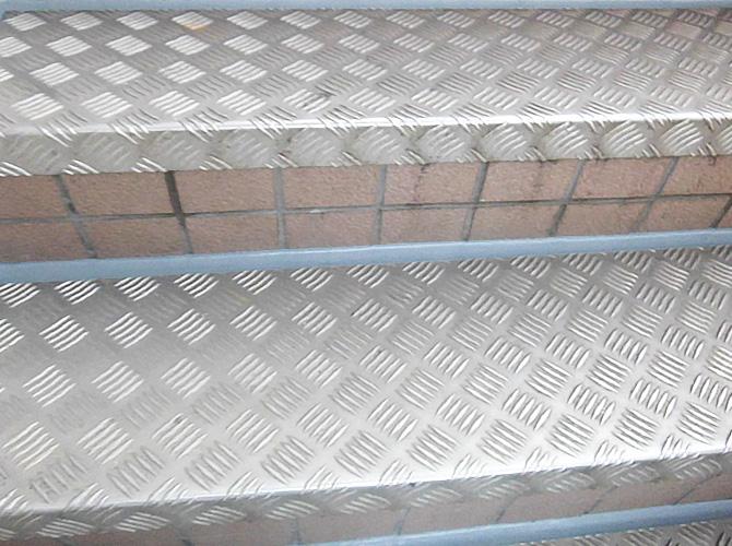 共用階段のシーリング補修工事の完了後です。