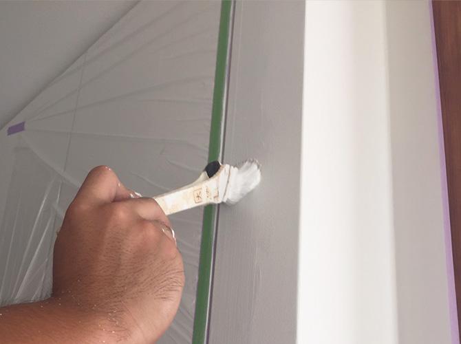 ローラーと刷毛を使い分けて塗装します。