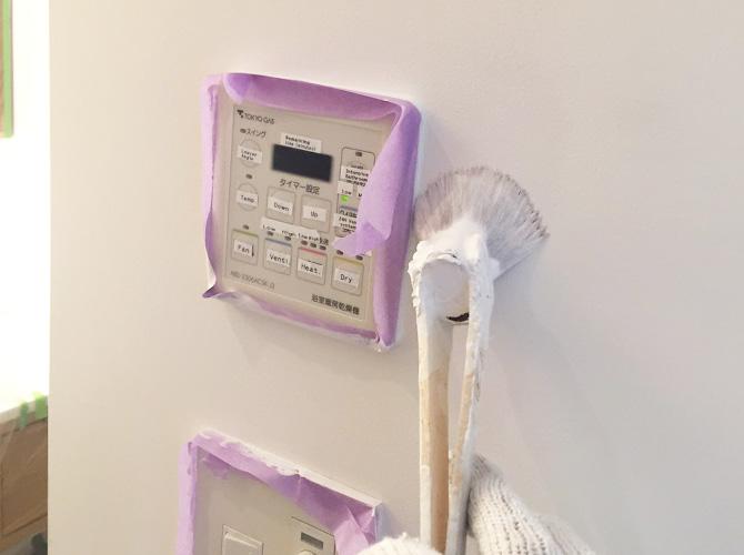 リモコン廻りなどの細かい個所は刷毛で塗装します。