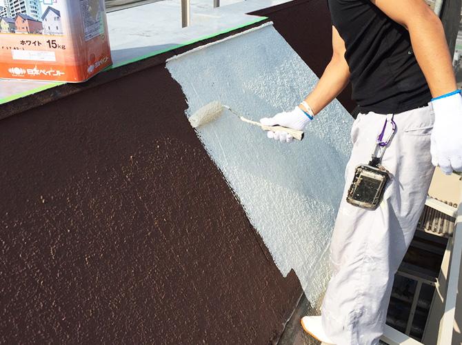 屋上庇壁の下塗り施工中です。