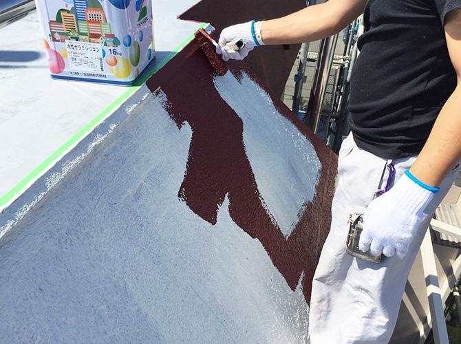屋上庇壁の中塗り施工中です。
