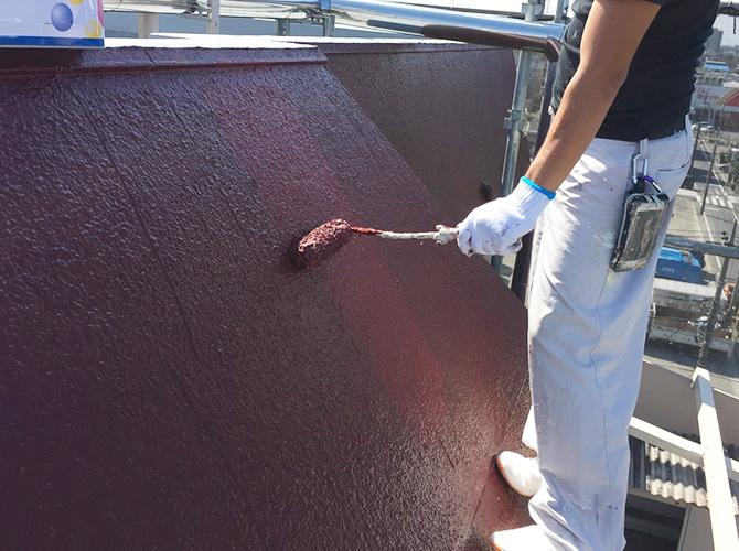 屋上庇壁の上塗り施工中です。
