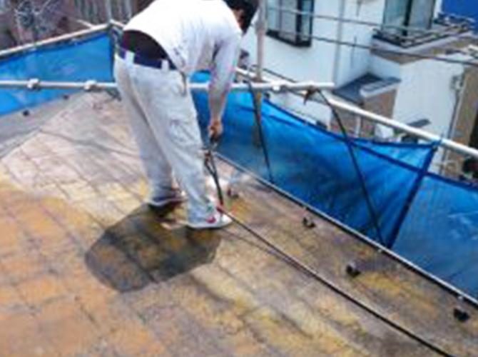 塗装前に汚れなどを落とします。