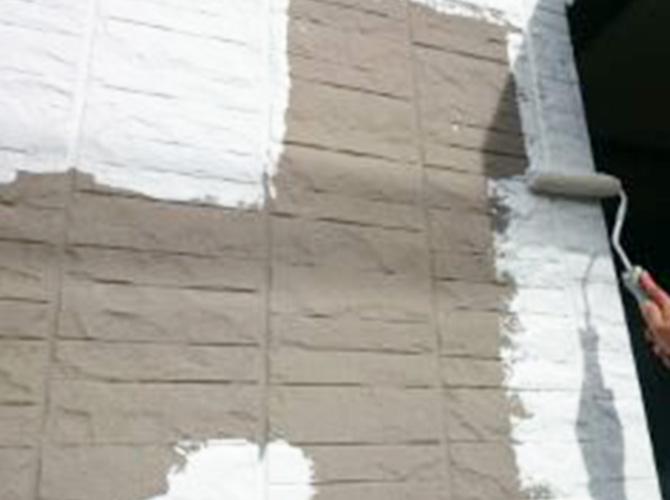 外壁の下塗りを施工中です。