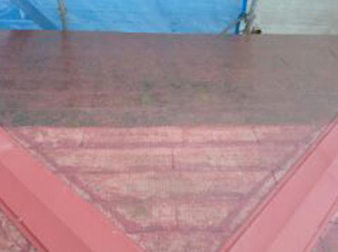 屋根塗装の施工中です。