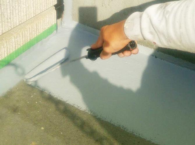防水トップコートの中塗り施工中です。