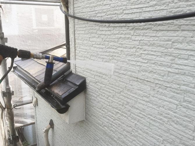 外壁も同じように塗装前に高圧洗浄で汚れを落とします。