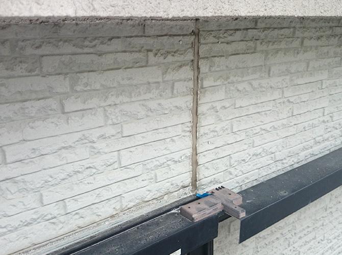 外壁のシール補修工事の施工前の状態です。