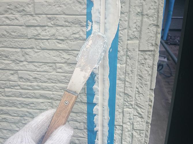 外壁材の厚さによってシーリング剤の使用量も変わります。